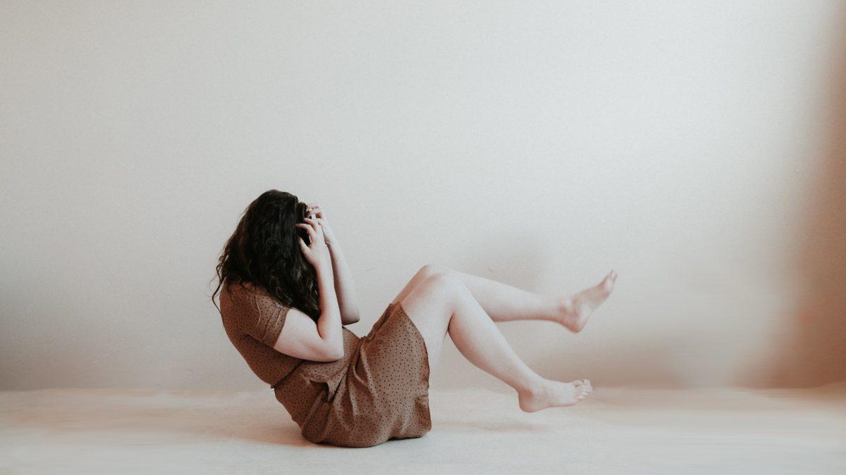 mulher sofrendo uma crise de ansiedade